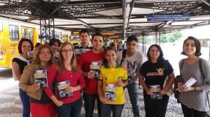 Voluntarios-dedicam-dia-para-presentear-cobradores-de-onibus-com-livros2