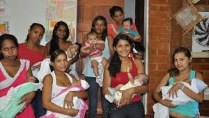 Adolescentes recebem ajuda da ADRA no preparo para a maternidade.
