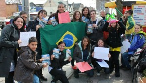Jovens com a bandeira brasileira durante entrega