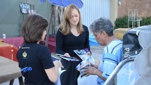Professores entregam livros para a comunidade.