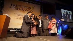 Pastor Luís Gonçalves ora com participantes da série de evangelismo.