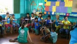 Mara contando história para as crianças.