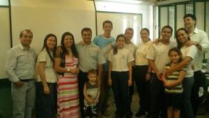 Estudantes e suas familias passaram o sábado em uma sala do Colégio.