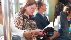 Jovens organizam um flashmob e distribuem livros no metrô.
