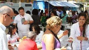 Adventistas prestam atendimento à comunidade em feira da saúde.