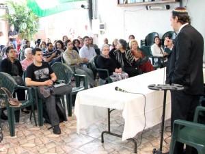Rabino falando sobre o tema dos conflitos