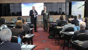 Pastores George Knight (dir.) e Alberto Timm no encontro de editores adventistas.