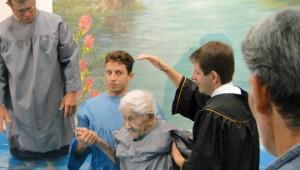 O projeto Pais de Esperança do batismo da Primavera foi revertido – os pais espirituais do senhor Manoel foram os netos