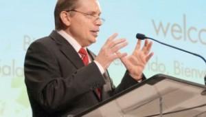 Artur Stele, vice-presidente que presidirá a comissão, dirige-se ao Concílio Anual do ano passado.