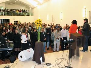 A igreja recebeu um bom número de jovens na fria noite de sábado