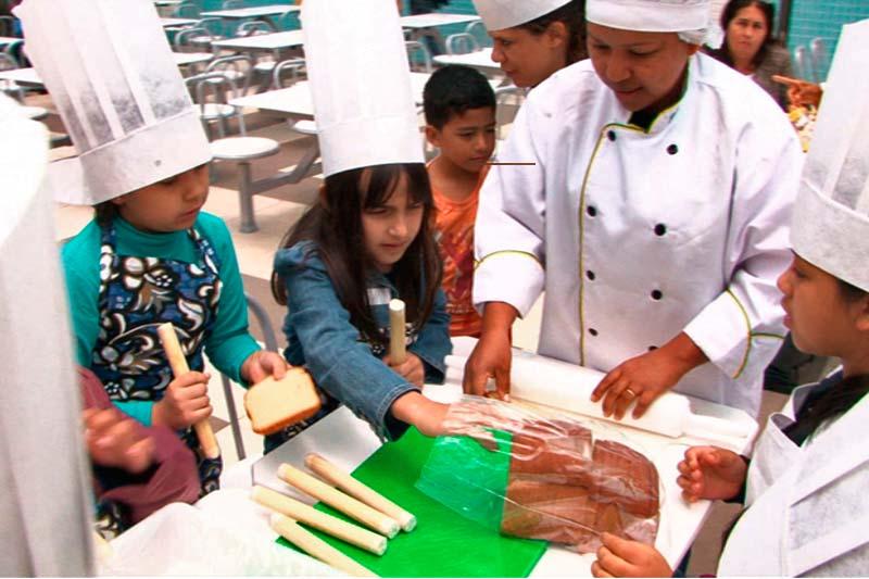 Alunos do colégio aprendendo sobre alimentação saudável