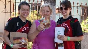 Mil jovens adventistas saíram às ruas de Foz do Iguaçu com a missão de entregar 10 mil DVDs O Grande Conflito para moradores da região.