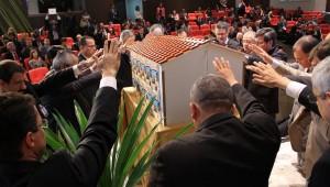 Líderes sul-americanos junto à réplica de uma igreja adventista sem porta dos fundos: mensagem sobre conservação com discipulado