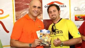 Atleta foi presenteado ainda com exemplar do livro Ainda Existe Esperança e DVD O Grande Conflito.