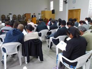 Casais reunidos na igreja durante o primeiro encontro de casais da Vila Clara
