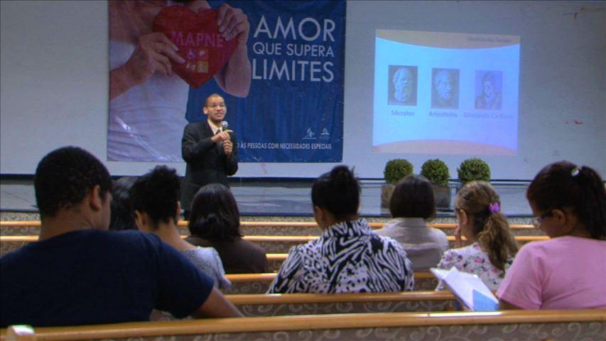 O palestrante André relatando da sua experiência com os surdos