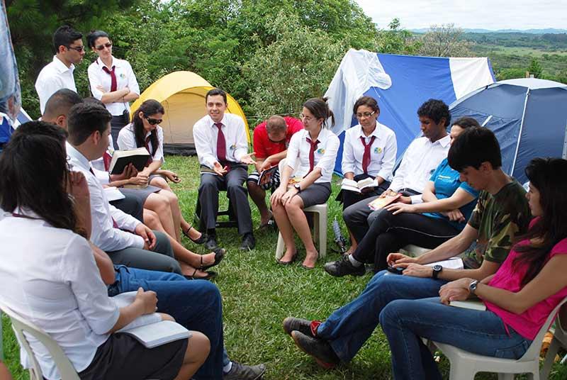 Grupo de jovens estudando a Bíblia