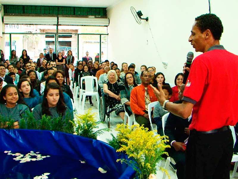 Pr.Valmiro ministrando a cerimônia