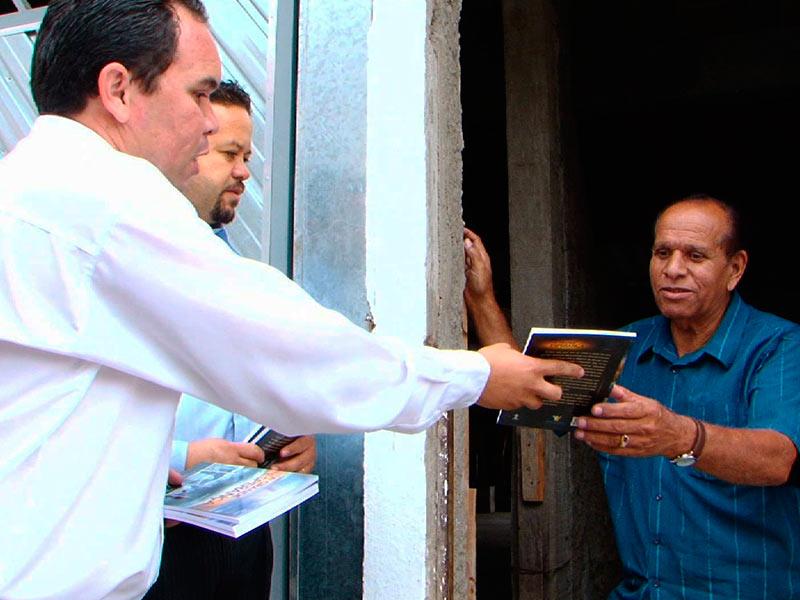 Ex-pastor evangélico recebendo o livro