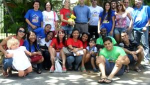Membros do Projeto Partilhando Jesus momentos antes da entrega das cestas básicas no bairro do Leblon, em Salvador (BA).