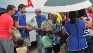 Além da distribuição, foram realizados exames preventivos de saúde pelos médicos voluntários das igrejas.