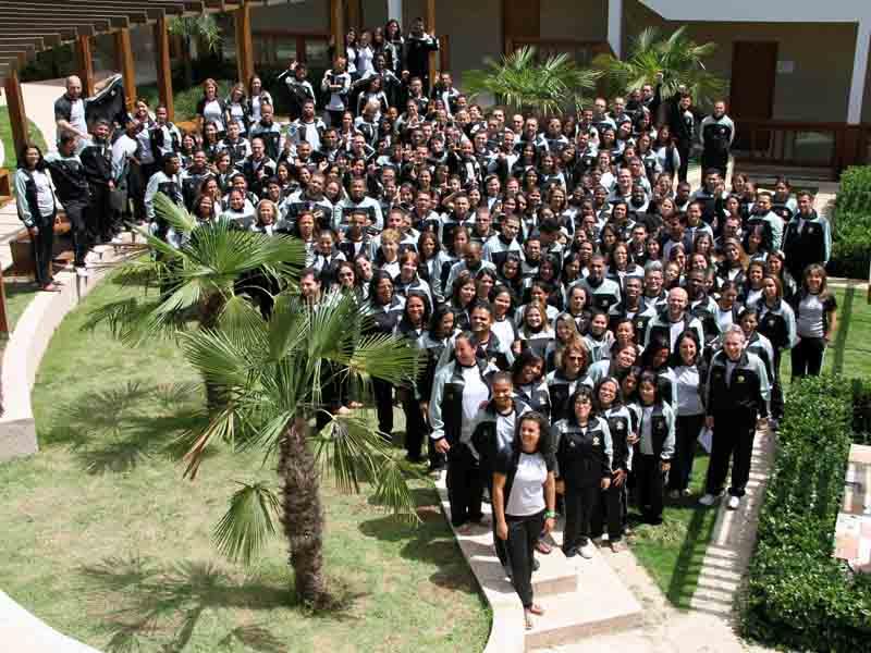 Grupo de 230 funcionários da Educação da AP posam para foto no final do programa