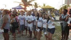 Jovens se misturaram aos banhistas para evangelizar