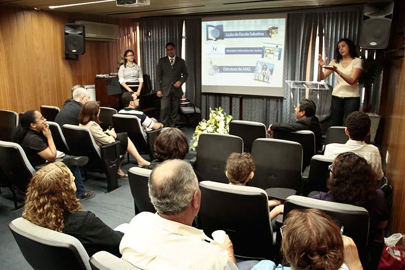 Equipe de voluntários apresentando os projetos na Paulistana