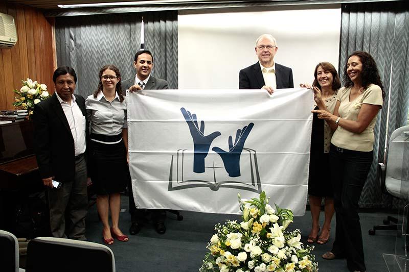 Ao centro o pastor Larry Evans com um grupo do MAS