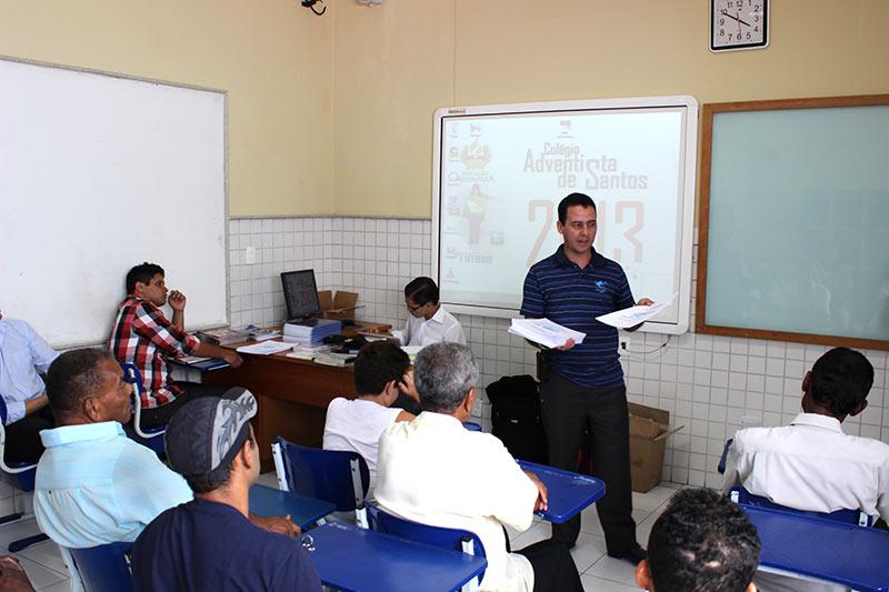 Equipe de publicações realizando o treinamento