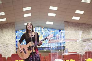 A australiana Melissa Otto canta no culto jovem do Unasp-EC. Programa marcou ainda o lançamento do CD Gente como Jesus