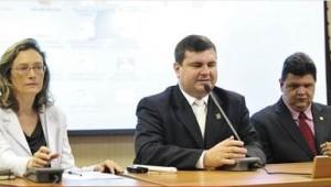 À mesa: a ministra Maria do Rosário, o ex-presidente do Conade, Moisés Bauer, e o presidente eleito, Antonio José Ferreira. Foto: Elza Fiuza – Agência Brasil