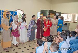 Circuito da Bíblia terminava com oração de pessoas vestidas de personagens bíblicos