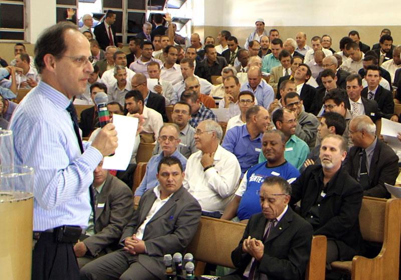 Pastor Jorge Mário no encontro de homens no colégio de Santo André