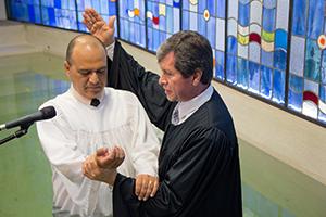 Pr. Wilson Paroschi (d) batiza Ivan Santos (e)