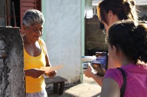 Moradora recebe o livro A Grande Esperança e o DVD A Última Esperança.