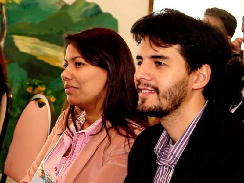 Casal assistindo à palestra