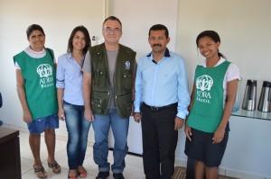 O prefeito de Vitória de Xingu Erivando Amaral ao centro, ao lado do pastor Jones Ross e demais representantes do projeto AMA.