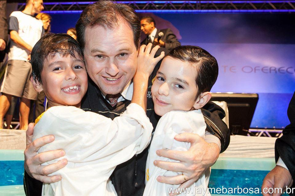 Família é evangelizada por enfermeira e filhos são batizados no evangelismo A última esperança