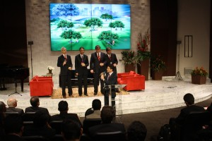 Quarteto Ministry e pastor Everon Donato no encerramento da quarta edição do Fórum de Pequenos Grupos.