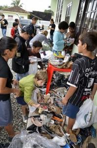 Alunos da Escola Adventista e membros da Igreja, através da ASA, fazem doações.