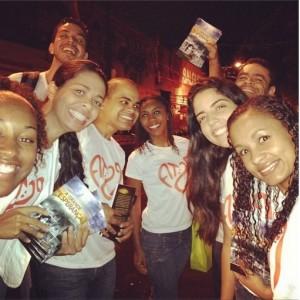 Jovens da Igreja Adventista do Sétimo Dia, da Tijuca, no Rio de Janeiro, juntaram-se às 4 horas da manhã para distribuir livros.
