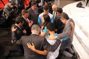 Momento de oração entre os líderes e os jovens
