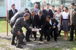 Líderes lançam pedra fundamental do Colinas Park Residence.