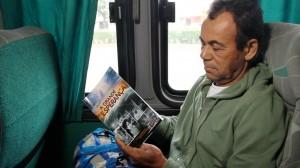 Passageiro lê conteúdo sobre o final dos tempos