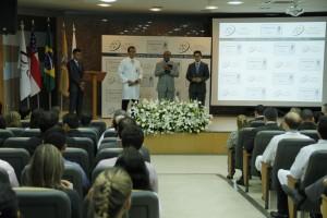 Entrega do certificado conta com a participação de líderes religiosos e políticos.
