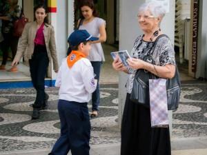 Aventureiro entregando o livro no Centro de Santos