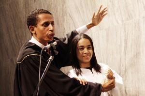 Pr. Valmiro Santos batiza jovem no evento