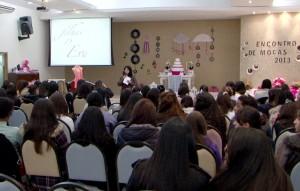 Moças reunidas no auditório do Centro de Treinamento, em Cotia, SP.
