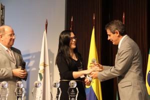 Adriana Vaz recebe prêmio das mãos do diretor da Rede Novo Tempo de Comunicação, pastor Antônio Tostes.